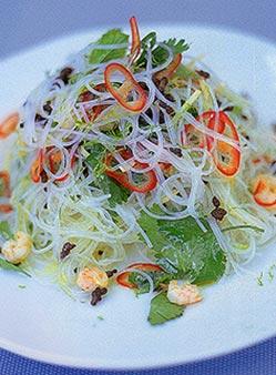 Свежий азиатский салат из лапши