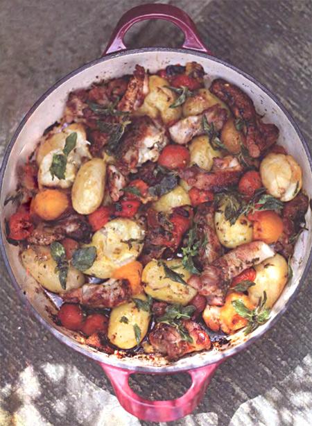 Куриные бедрышки с молодым картофелем и томатами от Дж. Оливера