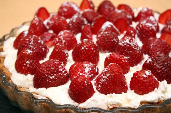 Миндальный пирог с клубникой