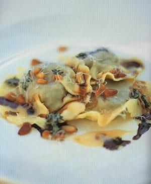 Равиоли с печеным луком, картофелем и кедровыми орешками