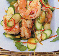 Теплый салат из быстро обжаренных креветок и молодых кабачков