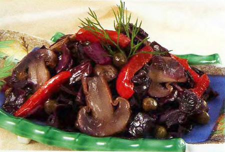 Краснокочанная капуста, тушенная с грибами