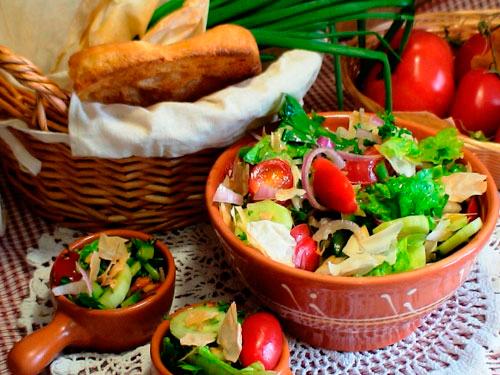 Деревенский салат с чипсами из лаваша