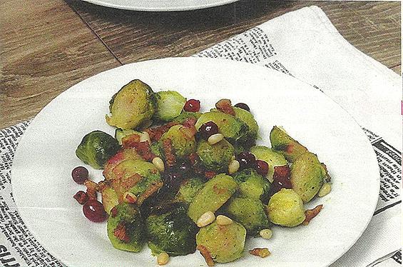 Салат из брюссельской капусты с беконом, клюквой и кедровыми орехами