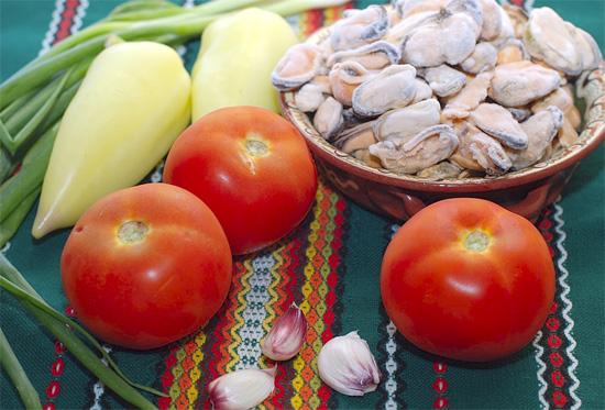 Мидии тушеные с овощами
